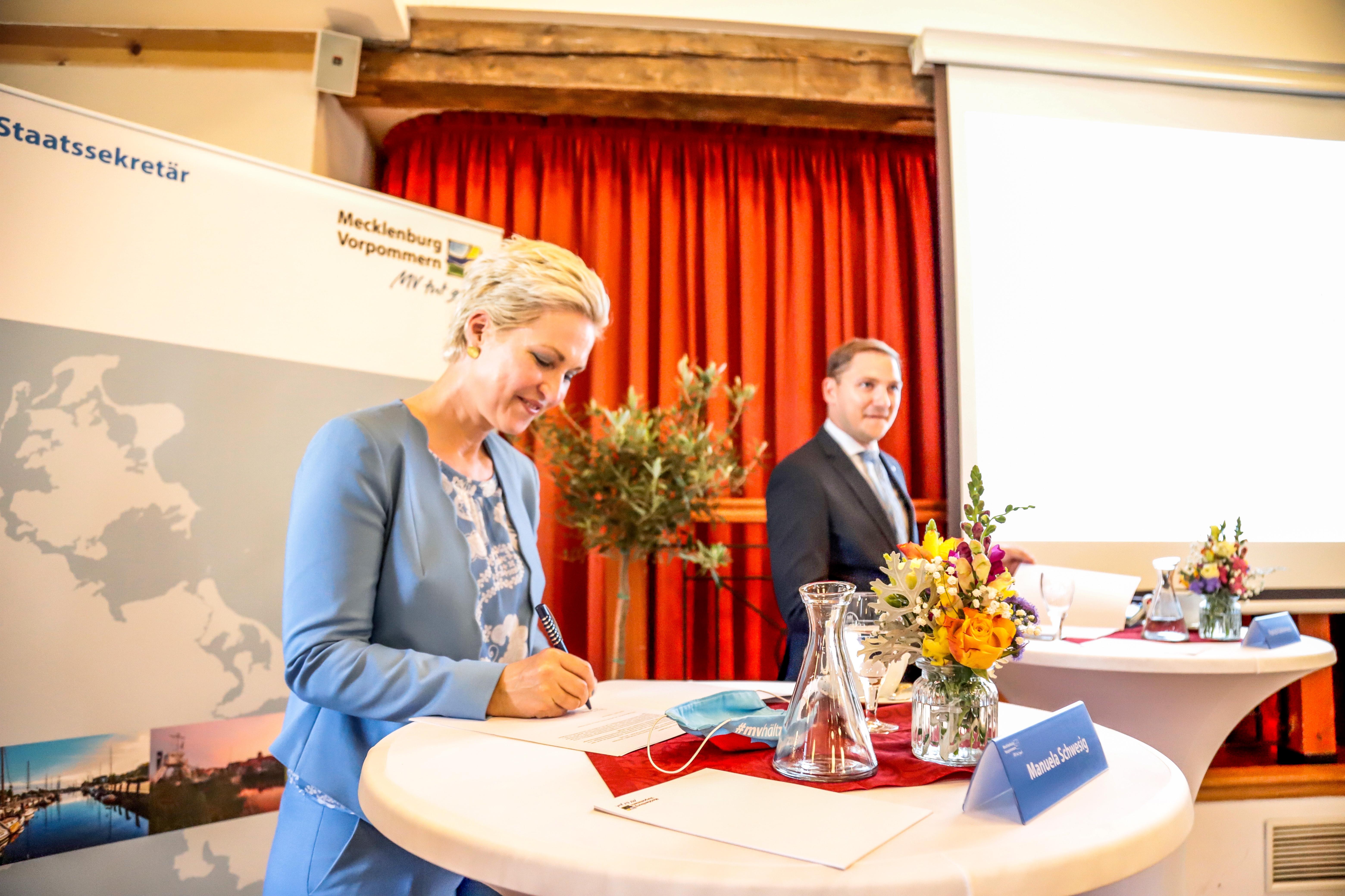 """Manuela Schwesig unterzeichnet den """"Letter of Intent"""""""