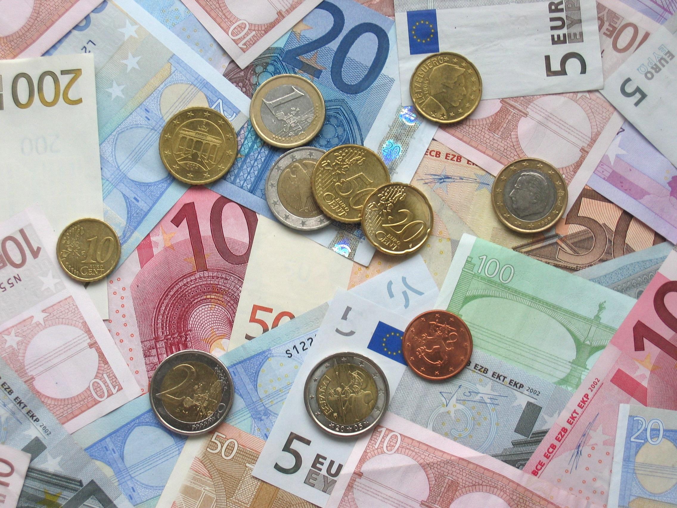 Bild von Geldscheinen und Geldmünzen