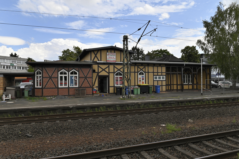 Foto der Haltestelle Marburg Süd, mit Bahnhofsgebäude und Schienen in nicht-barrierefreiem Zustand